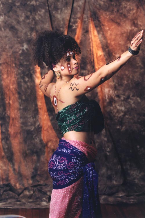 """Corazón Tierra en su pieza de danza-teatro """"Nine Faces of Oya"""""""