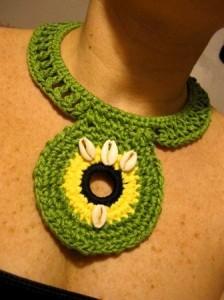 Collar tejido en forma de mandala de la artista Mia Román Hernández