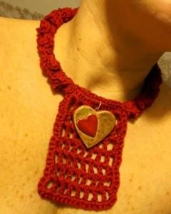 Collar tejido de la artista Mia Román Hernández