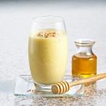 Bebida tropical de miel y agua de coco
